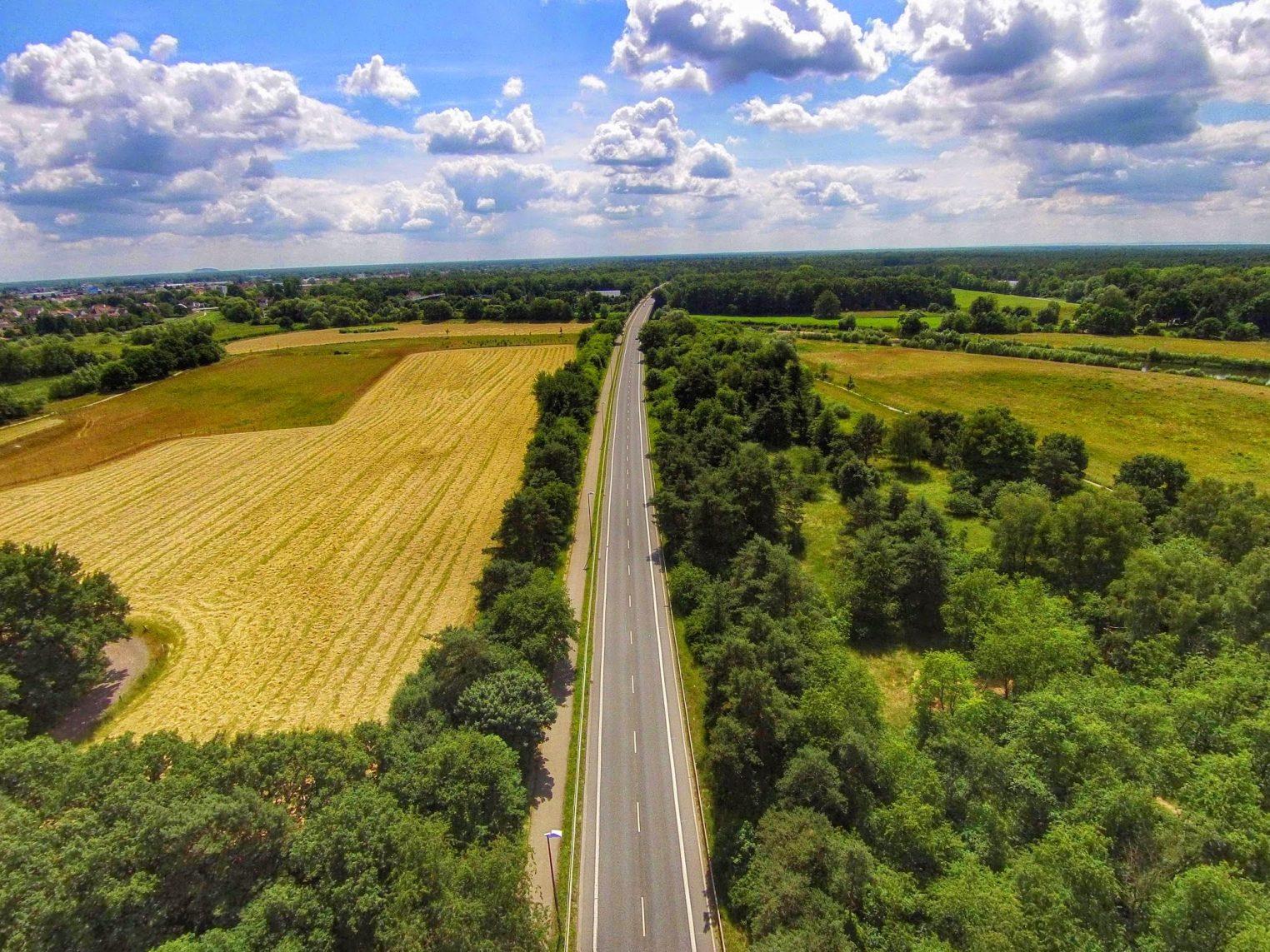 Leere Straße aus der Luft